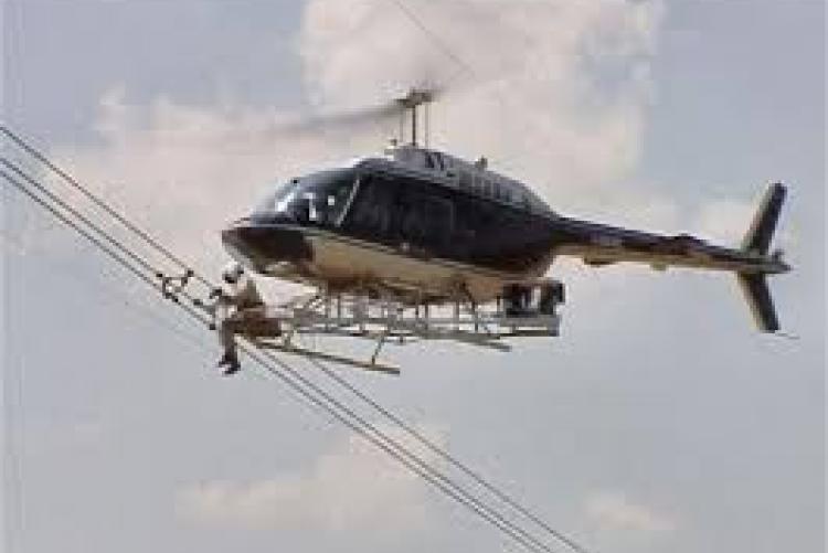 Elicottero che controllo linee elettriche